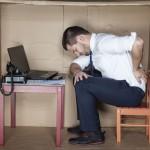 Praca siedząca a ból kręgosłupa. Jak sobie pomóc?